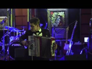 Воробьев играет на аккордеоне с гипсом на пальце!