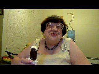 Валерия Новодворская ест мороженое