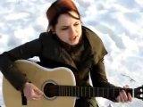 Анастасия на сборах Славянского союза поёт под гитару песню «Враг» Кошки Сашки