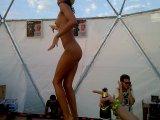 Беспредел или Казантип ?- Абсолютная голая девушка танцует на барной стойке и показывает всем сиськи на KAZANTIP 2010