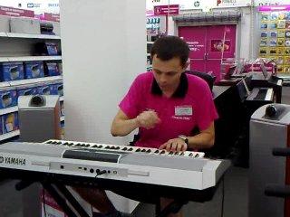Продавец жжёт прям на рабочем месте (синтезатор YAMAHA )