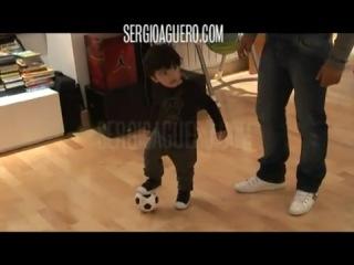 Агуэро с сыном:) внук Марадоны учится играть в футбол:) очень забавно и трогательно:)))