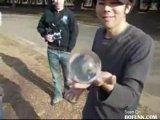 Удивительные трюки вытворяет паренек со стеклянным шаром