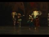 Последний день работы артиста в театре: парень в костюме льва слева на заднем плане)
