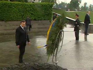 Янукович и венок ( Жесткий прикол !!! смотреть всем!!!))))