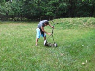 Деня и газонокасилка