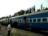 Поезд в Индии, люди на крыше.