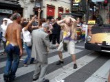 Дедушка танцует на Гей-Параде)))