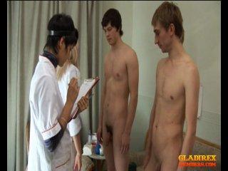 осмотр голых юношей