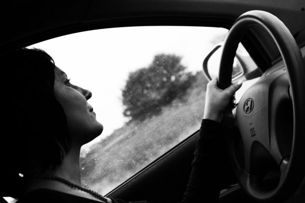 уезжает девушка на снится машине любимая
