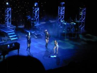 Спешащий концерт Тони Брекстон,одеваемся на сцене)))