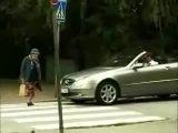 Умная и решительная бабушка. Незачем водителям сигналить, когда пешеходы переходят дорогу!