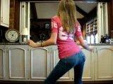 Танец попы девочки в джинсах