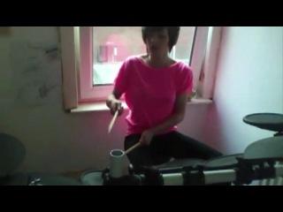 Девушка играет на барабанах Tiao Cruz - Dynamite (Drum Cover by Kayleigh Rogerson)