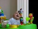Ребенок наблюдает,как высмаркивается мама.