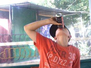 Воин майдана хохол залпом выпивает ягуар за свободу украины