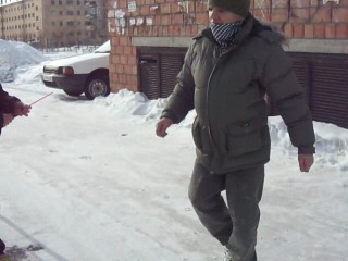 Внутри куртки лежит шарик))попробуем лопнуть его под курткой))
