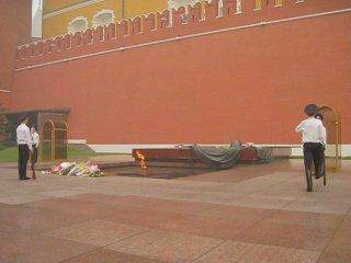 Смена караула у Памятника Неизвестного Солдата возле стен Московского Кремля.