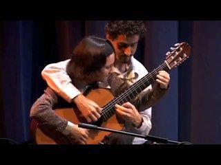 Виртуозная игра на гитаре в четыре руки
