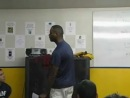 Тренер футбольной команды выступает с фееричной речью.