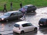 Как мужик в наводнение девушек спасал