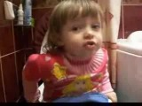 девочка поет в туалете песню Евгении Отрадной уходи дверь закрой:DDDD