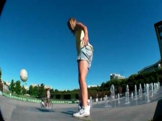 Девочка с мячом. Круто она :)