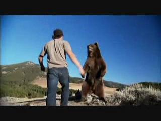 Дружба человека и медведя!!!Я же говорила,что медведь может быть домашним животным))))))))))