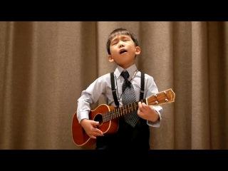 Играет на укулеле (четырехструнной гавайской гитаре). Исполняет песню Beatles