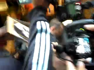 Kristen signing autographs outside Regis & Kelly (another vid)