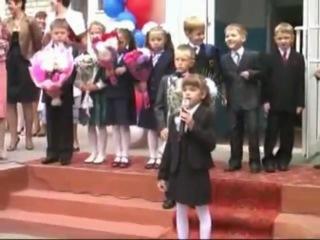 Мальчик зачетно танцует на школьной линейке!!!
