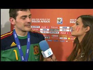 Икер целует свою девушку Сару Карбонеро,берущую у него интервью,в прямом эфире испанского телевидения.