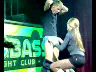 Девушка отсосала на сцене в клубе за приз в 10.000 р