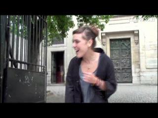 Девушка поёт на французком языке