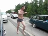 Зажигательный танец в автомобильной пробке