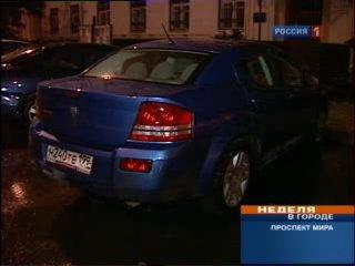 Водитель иномарки, разъезжая по району, крушил все встречающиеся на его пути припаркованные у обочины машины.