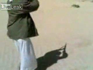 Сепаратист подкурывает сигарету от трассирующей пули ;)