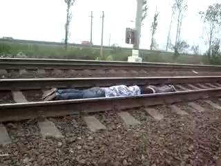Ебантяи ложатся под поезд