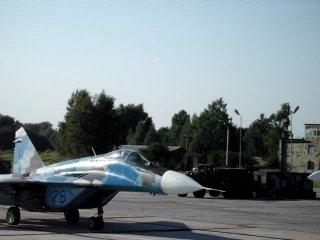 МиГ-29 рулит мимо стоянки дежурного звена.894-й ИАП ВВС Украины,аэродром Озёрное,Житомирская обл.