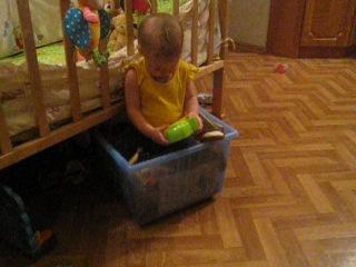 Лисенок и коробка с игрушками)