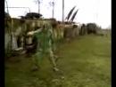 Чувак в противогазе танцует