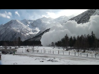 Сход лавины с горы Чегет в Кабардино-Балкарии