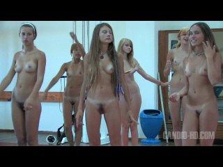 video-devchonki-tantsuyut-golie