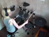 Девушка барабанщица! ( Прикольно играет )