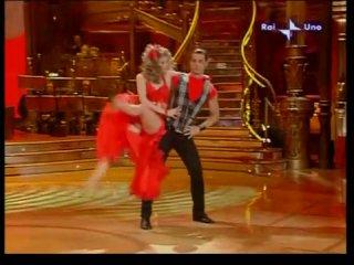 Andrea Montovoli e Ola Karieva Ballano Mentre Tutto Scorre a Ballando Con Le Stelle