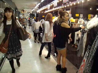 предлагает, смотреть японки в магазине посетители, обратите внимание