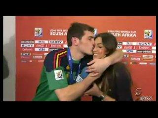 Испанский вратарь пристает к репортерше (своей девушке=))