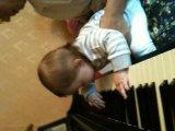 Bubu igrajet na piano :)))