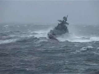 эсминец 434 Адмирал Ушаков в шторме как неваляшка