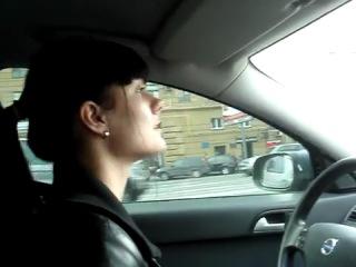 Деваха читает рэпак за рулём - неплохо